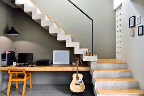 Як використовувати простір під сходами?